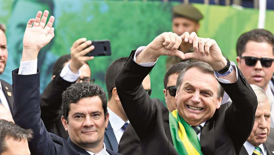 Sérgio Moro (esq.) é bastante mais popular do que Bolsonaro nas sondagens