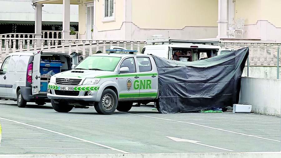 GNR criou um perímetro de segurança em redor da carrinha onde foi encontrado o cadáver de Mário Mansores Paiva, de 59 anos. PJ investiga causas da morte