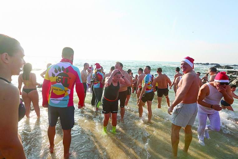 Vila do Conde. Aurora Cunha esteve no 1.º banho do ano, esta quarta-feira de manhã, na Praia da Senhora da Guia, que juntou centenas.