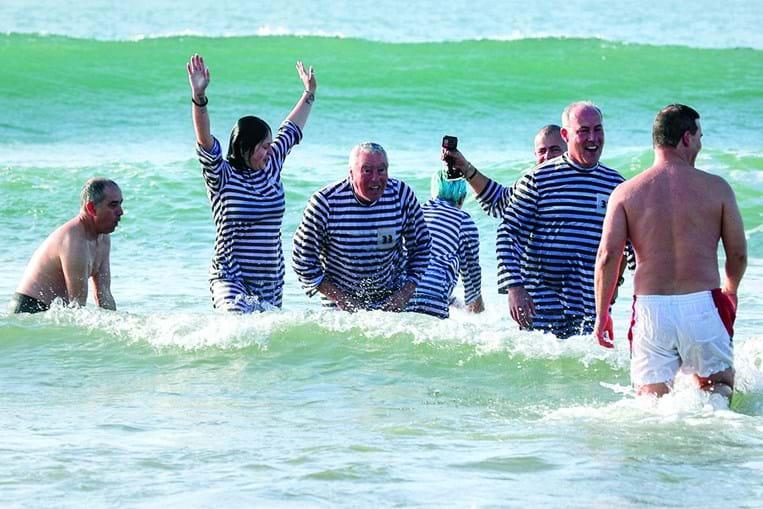 Carcavelos. O primeiro banho do ano é também um encontro de gerações em que os mais velhos sublinham que dá saúde