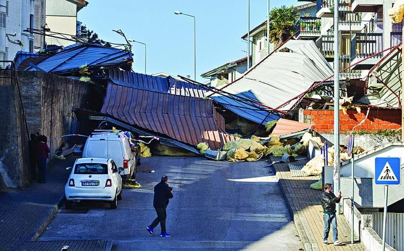 Vento arrancou cobertura de um prédio em Coimbra