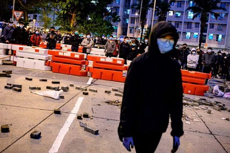 Manifestantes atacam edifício em Hong Kong que acolhe portadores do coronavírus