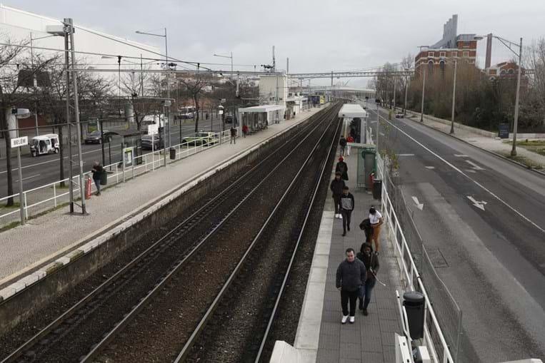 Jovem de 15 anos morre atropelado por comboio ao tentar atravessar linha