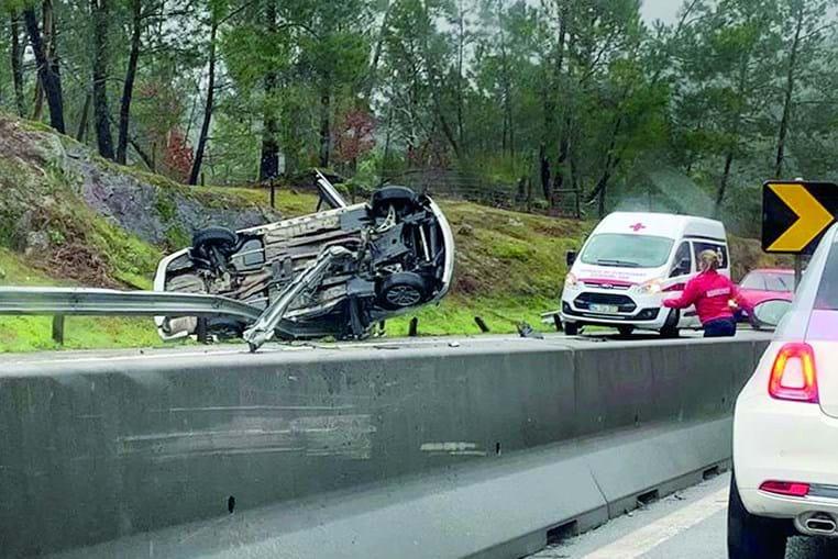 Acidente aconteceu no IP3 junto à localidade de Fail. Carro ficou imobilizado nos rails laterais e o condutor encarcerado