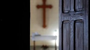 Bispos portugueses recomendam comunhão na mão e omissão de beijos da paz nas missas
