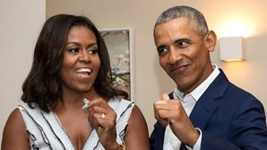 """Michelle Obama aponta o dedo a Trump e apela ao voto em Biden """"como se vidas dependessem disso"""""""
