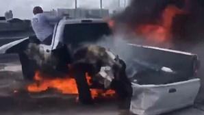 Motorista herói salva homem de carro em chamas enquanto dezenas filmavam momento com telemóveis