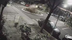 Carro filmado a levantar voo em rotunda. Veja as imagens