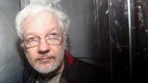 Namorada de Julian Assange pede liberdade condicional do fundador do WikiLeaks por temer pela sua vida