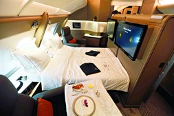 O maior avião de passageiros da história da aviação tem os dias contados. A Airbus anunciou o fim do A380, equipado com bar, ginásio, cama ou duche, que desaparece antes do seu concorrente, o Jumbo 747 da Boeing. A portuguesa HiFly opera um A380 que aparca em Beja.