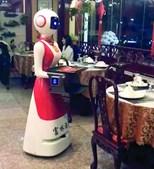 Um robô que serve à mesa no restaurante Fulin