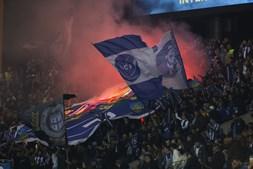Tochas arremessadas nas bancadas dos adeptos do FC Porto