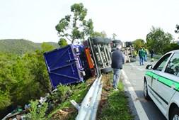 Veículo pesado ficou tombado