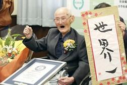 Chitetsu Watanabe celebra após ser coroado pelo Guiness