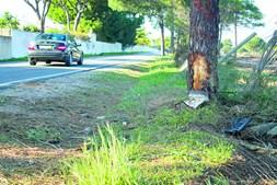 Carro despistou-se e colidiu com um pinheiro, em Quarteira