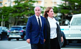 Luís Marques Mendes, antigo líder do PSD que exerceu os cargos de ministro adjunto e de ministro dos Assuntos Parlamentares, acompanhado pela mulher