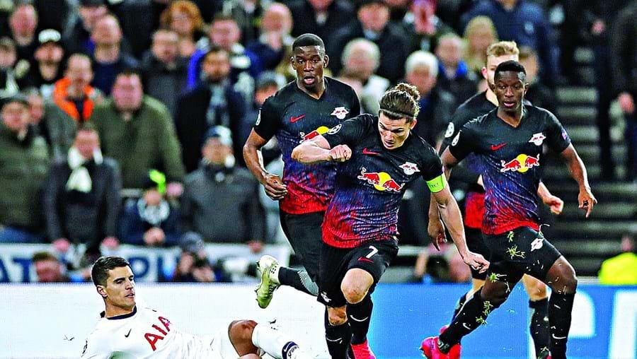 Lamela, médio do Tottenham, tenta controlar a bola perante a ameaça de Sabitzer, do Leipzig