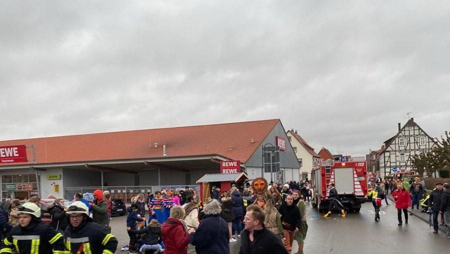 Carro avança sobre multidão durante desfile na Alemanha. Há pelo menos 15 feridos