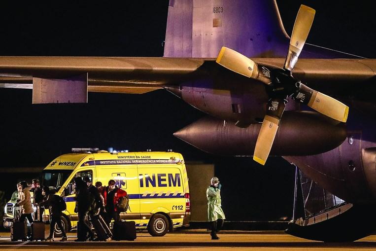 No aeroporto, a base aérea de Figo Maduro, Lisboa, estava montado um dispositivo especial para receber o grupo de 20 repatriados (incluindo duas cidadãs brasileiras) de Wuhan, epicentro do coronavírus