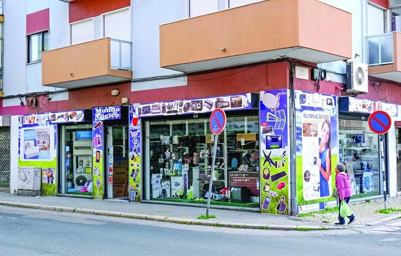 Loja de material eletrónico na rua Manuel Pacheco Nobre, no Alto Seixalinho, Barreiro, foi assaltada recentemente