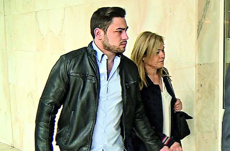 Mãe e filho chegaram de mãos dadas ao tribunal