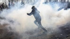 Autoridades disparam contra mulheres e crianças para dispersar migrantes na fronteira entre Grécia e Turquia