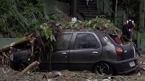 Aumenta o número de desaparecidos após tempestade no litoral de São Paulo que já matou 27 pessoas