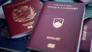 Polícia eslovena deteta 30 migrantes cobertos com argila artificial em vagões de comboio