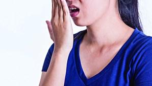 Utilização da máscara revela problemas de mau hálito. Saiba como os resolver
