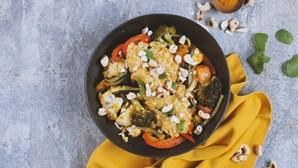 Receita vegetariana que não vai desiludir: caril de lentilhas e legumes assados no forno