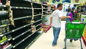 Hipermercados que vendam bens 'proibidos' durante confinamento não serão multados, garante Governo