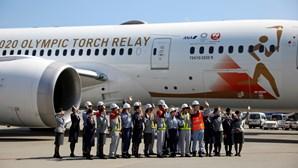 Avião que vai transportar chama olímpica para o Japão parte para a Grécia