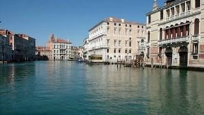 Canais de Veneza estão vazios e com água mais límpida devido a quarentena