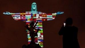 Cristo Redentor vestiu-se com as bandeiras dos países afetados com coronavírus