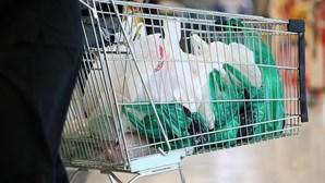 Empresas que usam plástico descartável acusadas de sabotar leis e iludir os consumidores