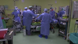 Equipa médica luta para salvar vidas no hospital de Milão