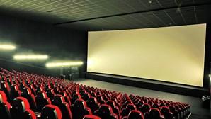Casal filmado em cinema a fazer sexo
