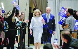 Joe Biden (na foto com a mulher, Jill) foi o grande vencedor das Primárias de terça-feira