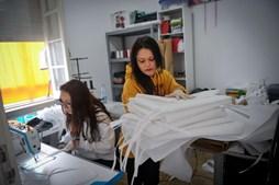 Voluntários costuram centenas de batas para ajudar Hospital das Caldas da Rainha no combate à pandemia