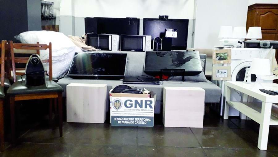 Eletrodomésticos, televisores, móveis e candeeiros  apreendidos. Os casais 'limpavam' as habitações que assaltavam
