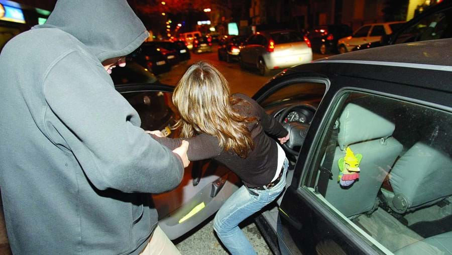 Jovens fingiam estar feridos para forçarem os condutores a pararem