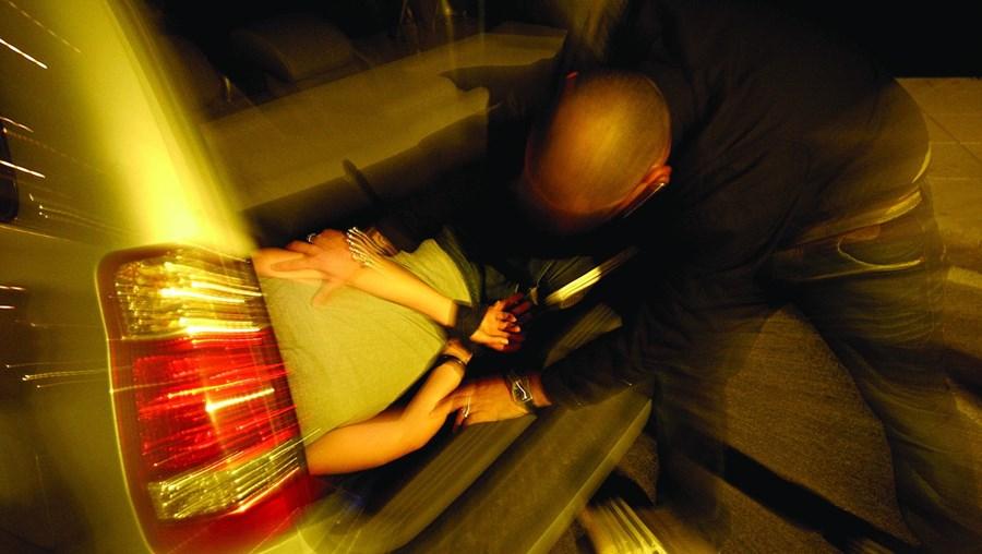 Vítima foi colocada pelos rivais na bagageira de um carro, agredida, e esteve raptada durante seis horas