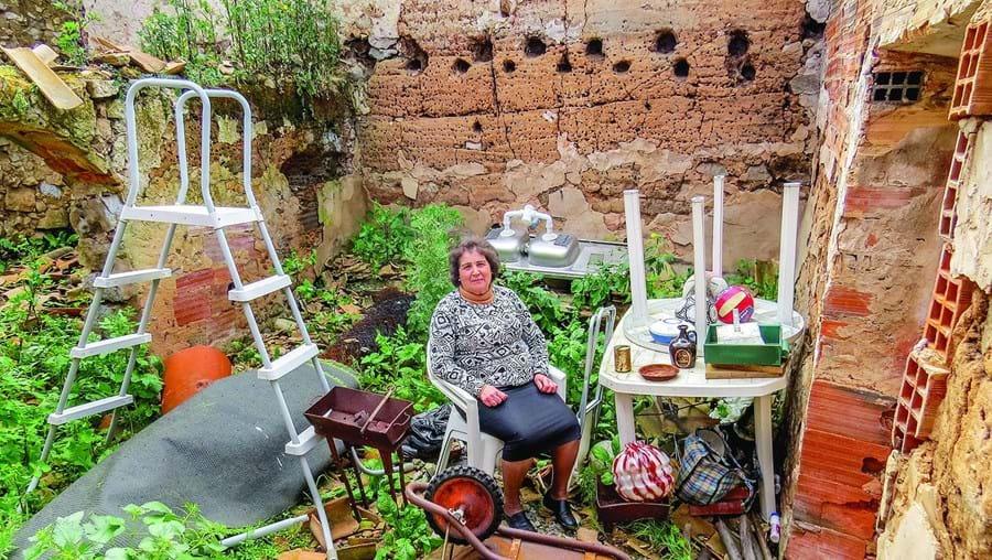 Carmina Branco no meio dos destroços da casa onde viveu durante 40 anos na freguesia de Alferce