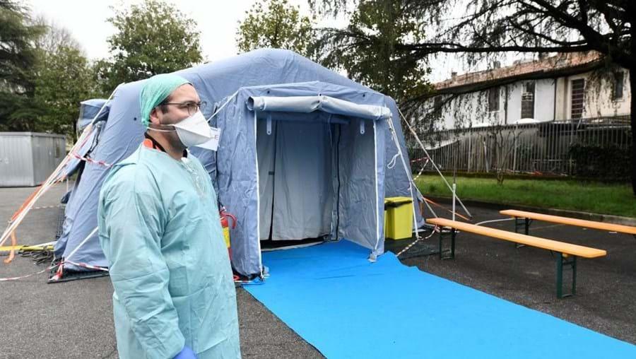 Médico italiano compara surto de coronavírus à guerra. As imagens arrepiantes dos hospitais em Itália