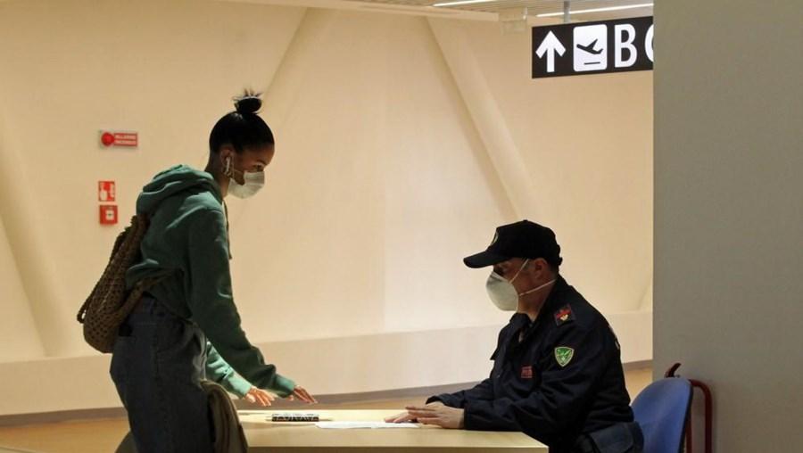 Um passageiro no controlo de segurança do aeroporto de Roma, Itália