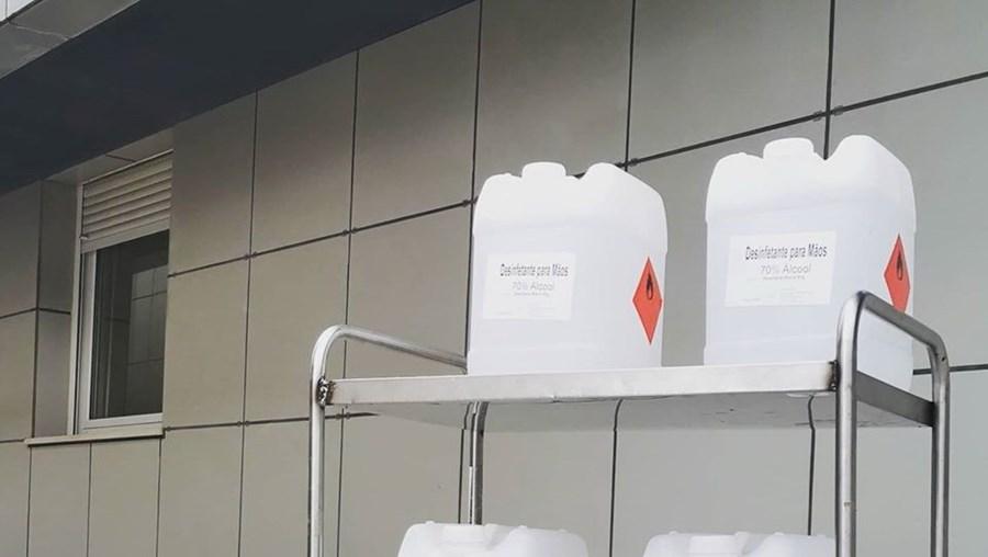 Destilaria doa 100 litros de álcool desinfetante