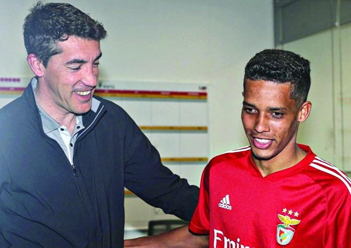 Jogador foi saudado por Bruno Lage à chegada ao Seixal