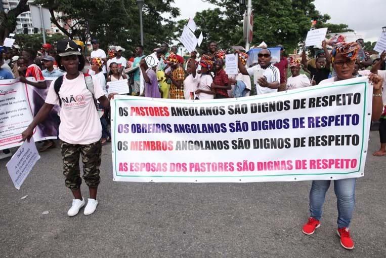 Esposas de pastores angolanos da IURD contestam contra prática obrigatória de vasectomia