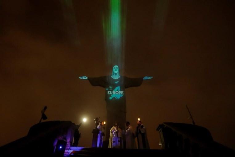 Bandeiras dos países com casos de coronavírus projetadas no Cristo Redentor no Brasil