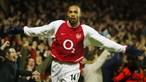 Camisola de Thierry Henry rende 18 mil euros ao serviço britânico de saúde
